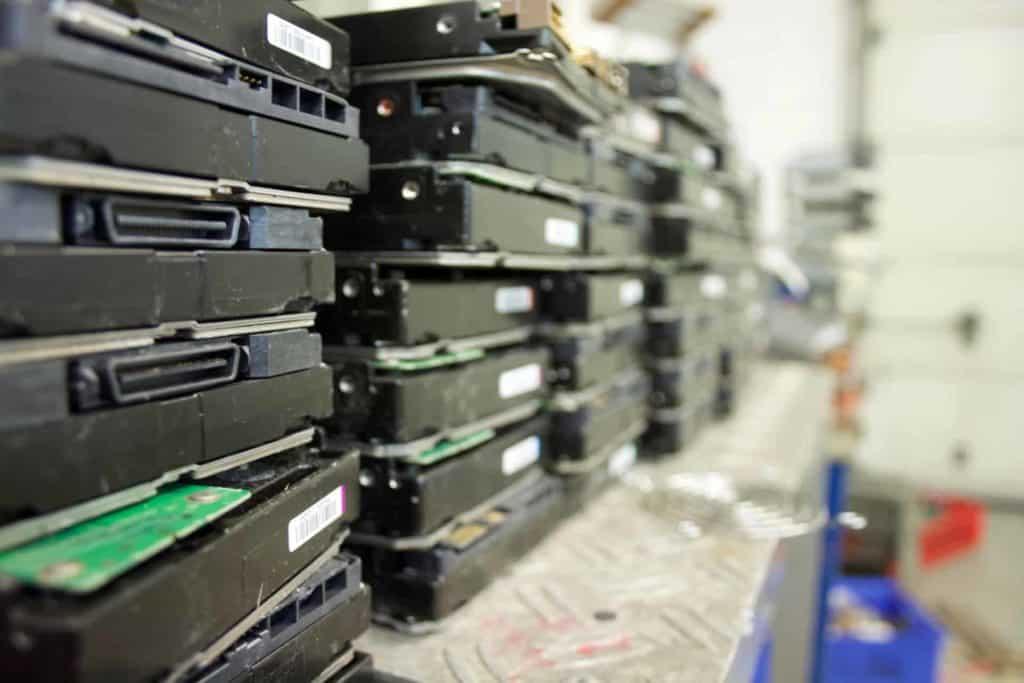 Gestapelte Festplatten im Sicherheitsraum. Die Datenträger werden für eine Datenträgervernichtung Aufbereitet.